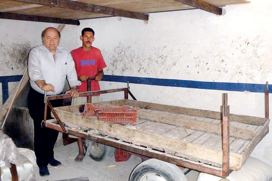 تجارت فردا-   هرناندو دسوتو در کنار سالم برادر کوچکتر محمد بوعزیزی
